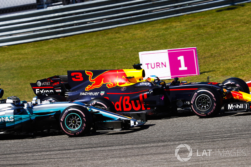 Daniel Ricciardo, Red Bull Racing RB13, battles with Valtteri Bottas, Mercedes AMG F1 W08