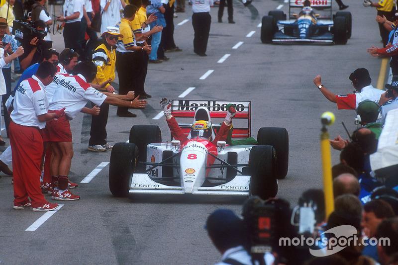 Vencedor, Ayrton Senna, McLaren celebra a caminho do parque fechado