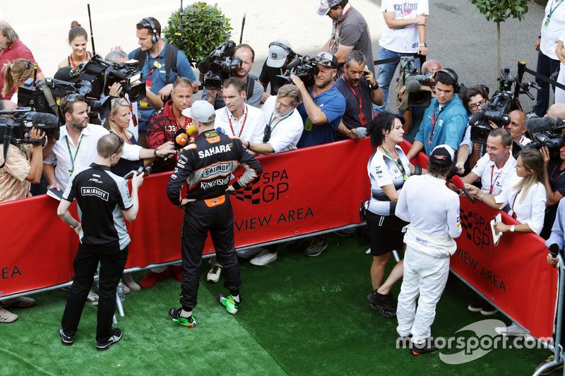 (Da sx a dx): Nico Rosberg, Mercedes AMG F1 e Fernando Alonso, McLaren con i media