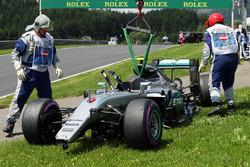 El Mercedes AMG F1 W07 híbrido de Nico Rosberg, después de que se estrelló en la tercera sesión de e