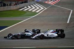 Lewis Hamilton, Mercedes AMG F1 Team W07 y Valtteri Bottas, Williams FW38