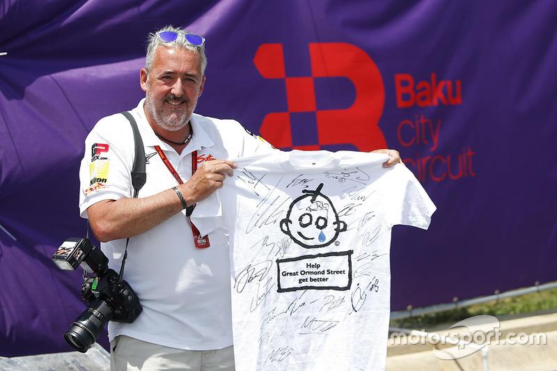 Fotograaf Mark Sutton met een gesigneerd t-shirt dat zal geveild worden voor het Great Ormond Street Hospital