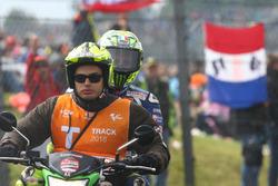 Валентино Росси, Yamaha Factory Racing на скутере после аварии
