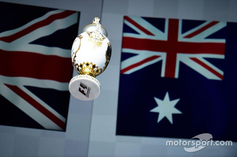 10: Гран Прі Угорщини, Будапешт. Трофей переможця гонки Льюіса Хемілтона, Mercedes AMG F1 на подіумі