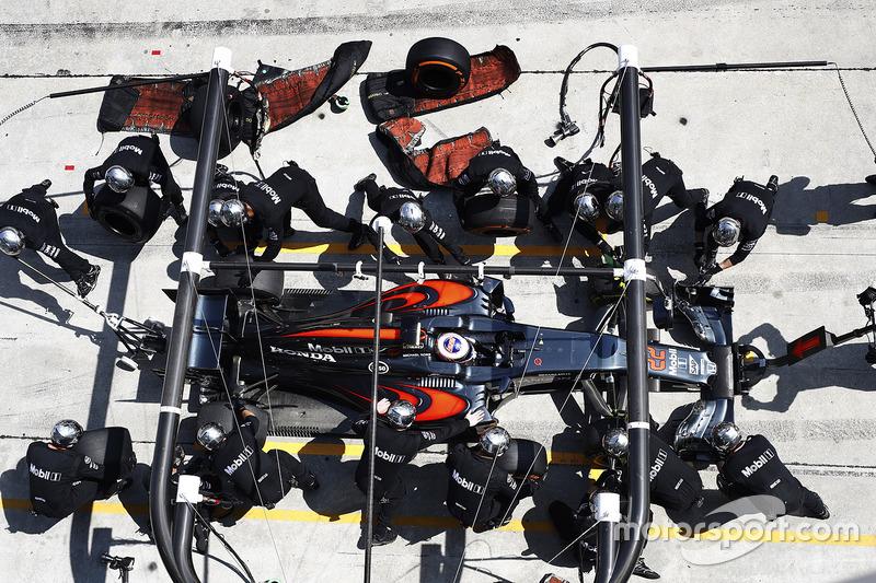 Jenson Button, McLaren MP4-31, pit action