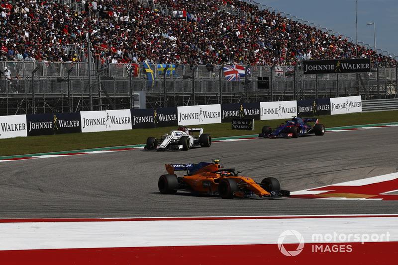 Stoffel Vandoorne, McLaren MCL33, Marcus Ericsson, Sauber C37 e Pierre Gasly, Scuderia Toro Rosso STR13