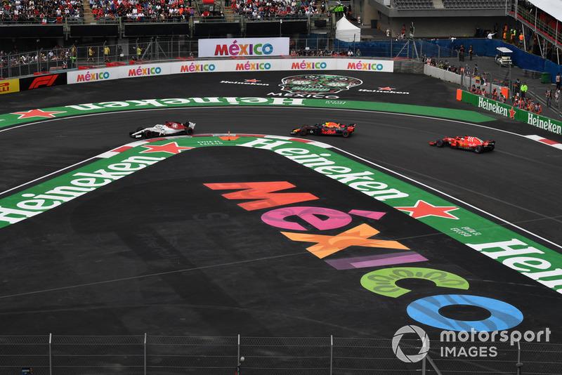 Marcus Ericsson, Sauber C37, Daniel Ricciardo, Red Bull Racing RB14 and Sebastian Vettel, Ferrari SF71H battle