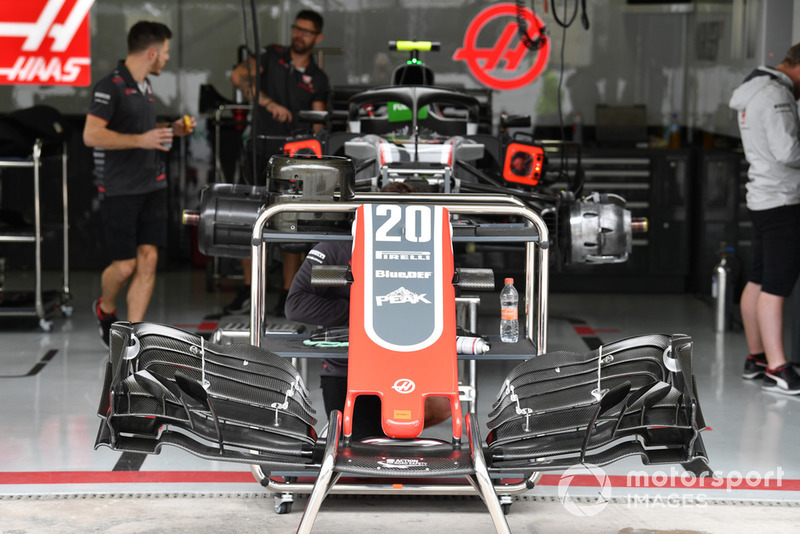 Un nez et un aileron avant de Haas F1 Team VF-18