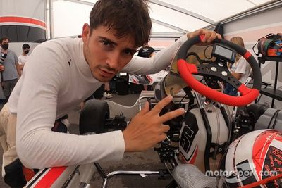 Charles Leclerc si allena sui kart