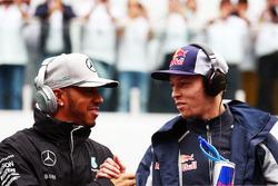 Льюис Хэмилтон, Mercedes AMG F1, и Даниил Квят, Scuderia Toro Rosso