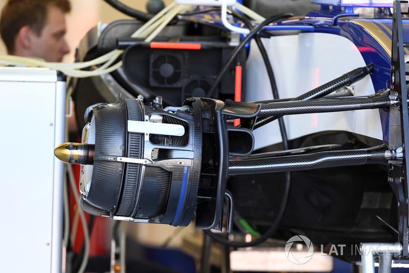 Sauber C36 front brake and wheel hub detail