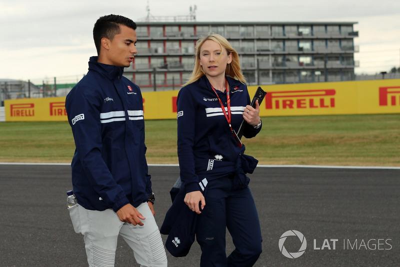 Pascal Wehrlein, Sauber, Ruth Buscombe, Sauber F1 estrategia de carrera caminan por el circuito