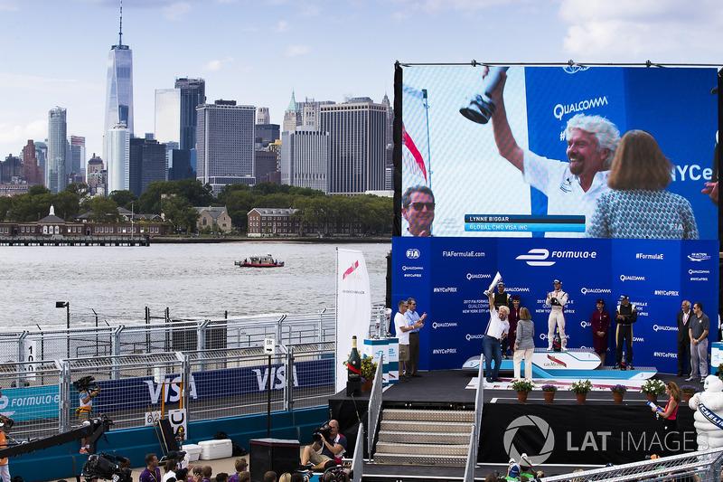Podio: Sir Richard Branson celebrates con el ganador de la carrera Sam Bird, DS Virgin Racing, segun