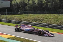 Sergio Pérez, Sahara Force India VJM10, con un neumático trasero dañado