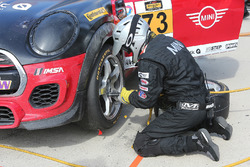 #73 MINI JCW Team MINI Cooper John Cooper Works: Derek Jones, Mat Pombo, pit action
