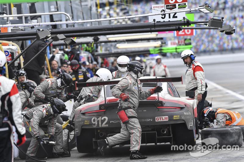 #912 Porsche Team North America Porsche 911 RSR: Kevin Estre, Laurens Vanthoor, Richard Lietz, Acción en los pits