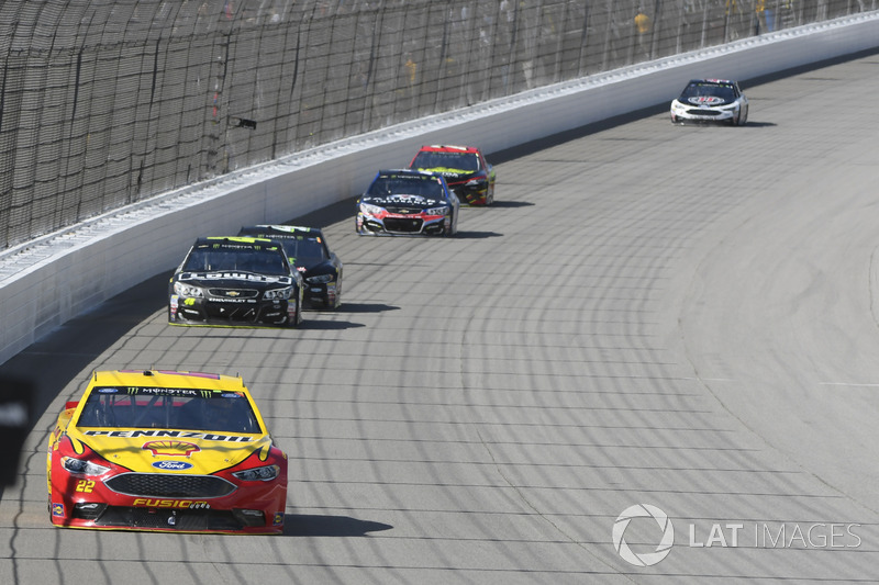 Joey Logano, Team Penske Ford, Jimmie Johnson, Hendrick Motorsports Chevrolet, Kurt Busch, Stewart-Haas Racing Ford