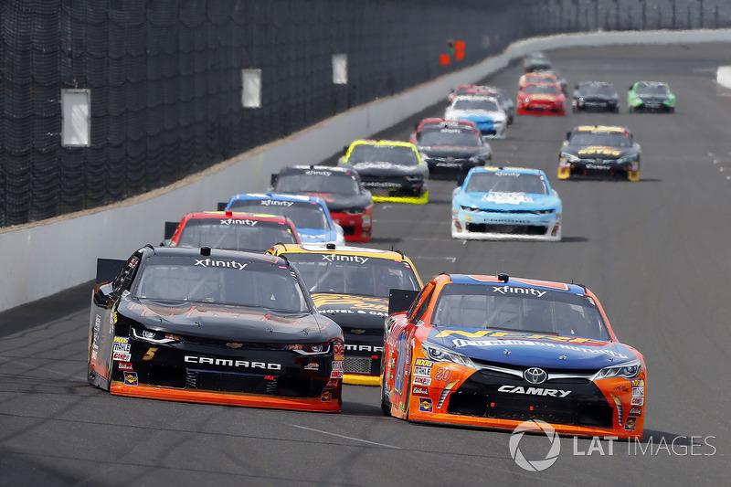 Erik Jones, Joe Gibbs Racing Toyota y Michael Annett, JR Motorsports Chevrolet