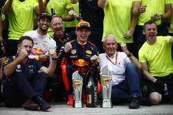Le vainqueur Max Verstappen, Red Bull Racing, le troisième, Daniel Ricciardo, Red Bull Racing, Christian Horner, Team Principal, Red Bull Racing, Helmut Marko, Consultant, Red Bull Racing, et l'équipe fêtent la victoire