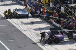 Michael McDowell, Leavine Family Racing Chevrolet and Landon Cassill, Front Row Motorsports, Ford Fusion make pit stops