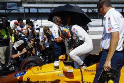 Fernando Alonso, Andretti Autosport Honda, climbs into his car