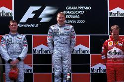 Podio: il vincitore della gara Mika Hakkinen, McLaren, il secondo classificato David Coulthard, McLaren, il terzo classificato Rubens Barrichello, Ferrari