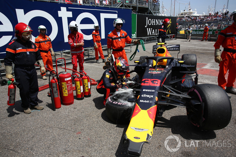 Max Verstappen, Red Bull Racing RB14 looks at his crashed car