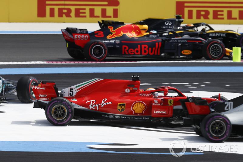 Карлос Сайнс, Renault Sport F1 Team R.S. 18, Даніель Ріккардо, Red Bull Racing RB14, обходять Себастьяна Феттеля, Ferrari SF71H, Валттері Боттаса, Mercedes AMG F1 W09, що вилетіли з треку