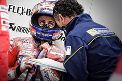 Andrea Dovizioso, Ducati Team, et un technicien Michelin