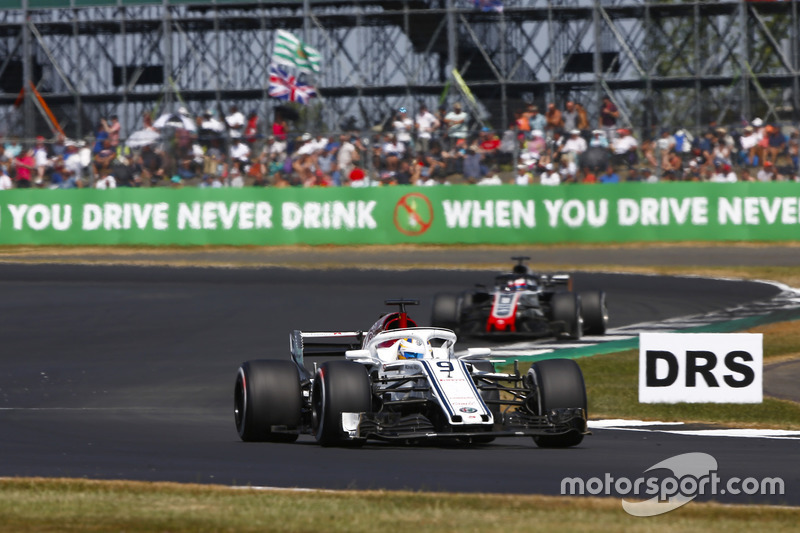 Marcus Ericsson, Sauber C37, y Romain Grosjean, Haas F1 Team VF-18