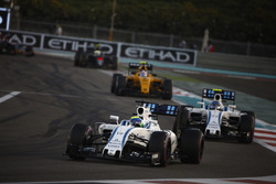 Felipe Massa, Williams FW38, voor Valtteri Bottas, Williams FW38, en Jolyon Palmer, Renault RE16