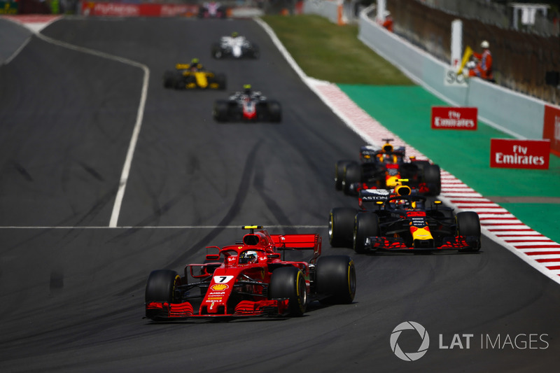 Kimi Raikkonen, Ferrari SF71H, Max Verstappen, Red Bull Racing RB14, y Daniel Ricciardo, Red Bull Racing RB14, detrás del safety car