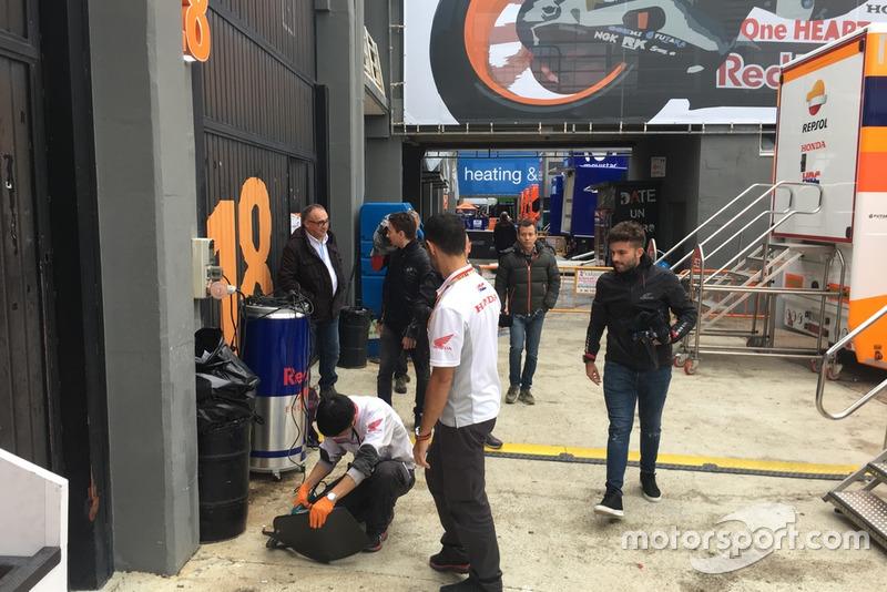 Jorge Lorenzo loopt voor het eerst de pitbox van Honda binnen