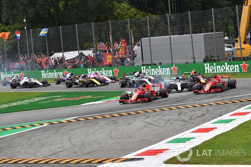 Kimi Raikkonen, Ferrari SF71H lidera en la salida por delante de Sebastian Vettel, Ferrari SF71H y Lewis Hamilton, Mercedes AMG F1 W09