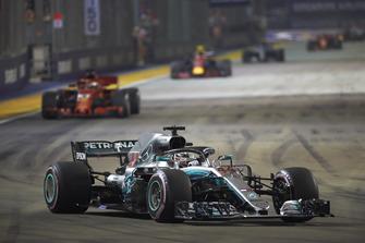 Lewis Hamilton, Mercedes AMG F1 W09 EQ Power+, devant Sebastian Vettel, Ferrari SF71H, et Max Verstappen, Red Bull Racing RB14