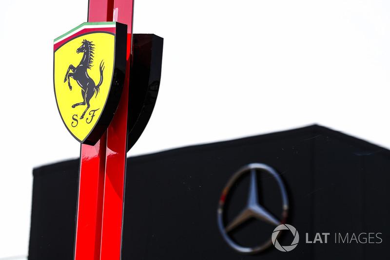 Les motorhomes Ferrari et Mercedes