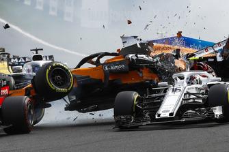 Авария на старте: Шарль Леклер, Alfa Romeo Sauber C37, и Фернандо Алонсо, McLaren MCL33