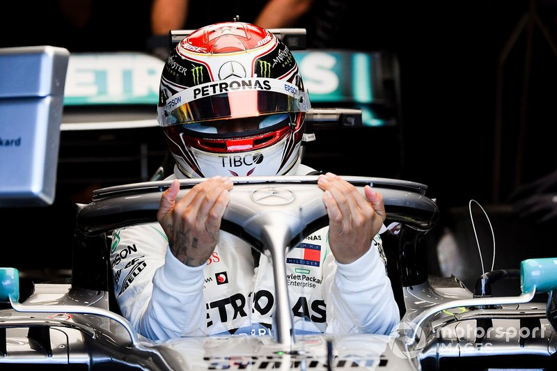 Lewis Hamilton, Mercedes AMG F1 W10, monte dans sa voiture