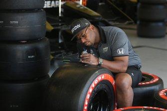 Arrow Schmidt Peterson Motorsports la tripulación trabaja en el garaje