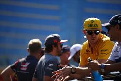 Nico Hulkenberg, Renault Sport F1 Team, talks to Felipe Massa, Williams, Fernando Alonso, McLaren