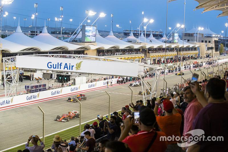Kimi Raikkonen, Ferrari SF70H, and Daniel Ricciardo, Red Bull Racing RB13