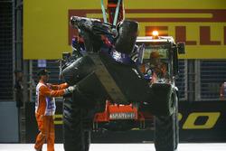 Эвакуация разбитой Scuderia Toro Rosso STR12 Даниила Квята с трассы