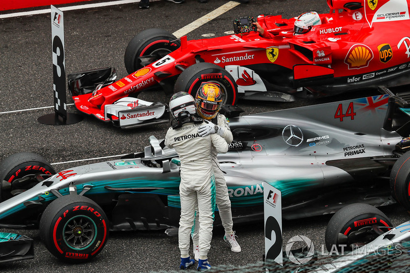 Valtteri Bottas, Mercedes AMG F1 celebrates with Lewis Hamilton, Mercedes AMG F1 in parc ferme