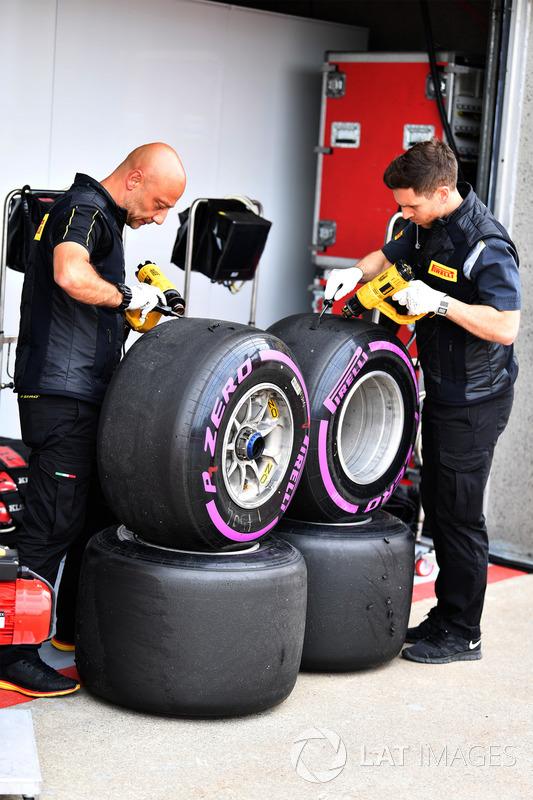 Инженер Pirelli работает с шинами