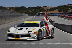 Michael Fassbender posa con el Ferrari 488 Challenge