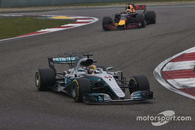 Lewis Hamilton, Mercedes AMG F1 W08; Daniel Ricciardo, Red Bull Racing RB13