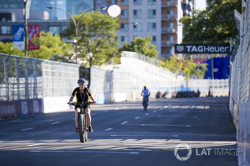 Techeetah miembros del equipo en una carrera de bicis