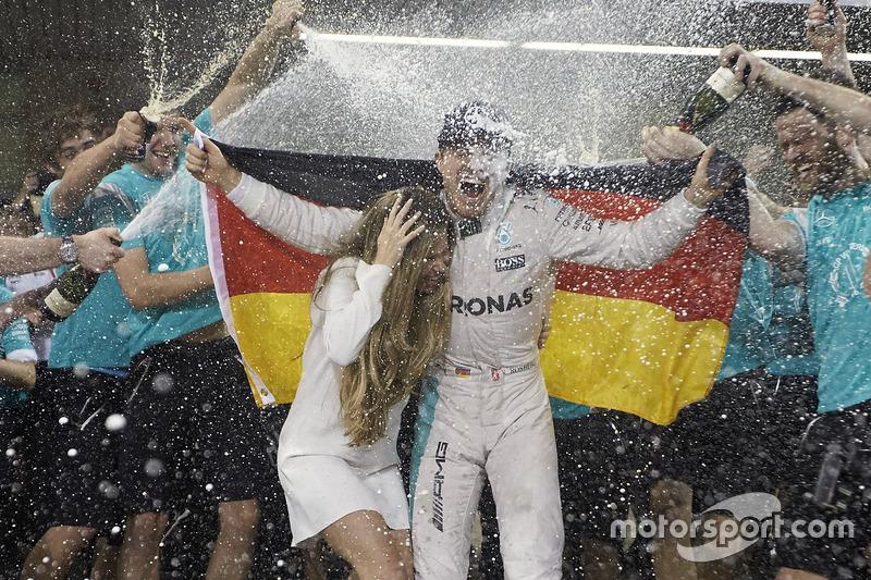 Nico Rosberg, de Mercedes AMG F1 celebra su campeonato del mundo con esposa Vivian Rosberg y el equipo