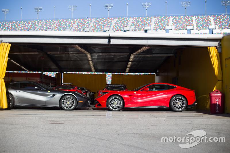 Ferraris en la zona de paddock