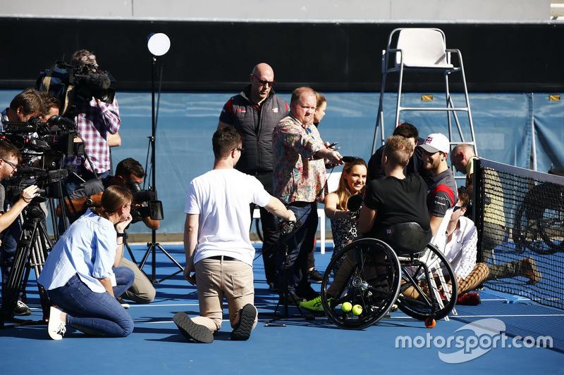 Campeón paralímpico australiano, Dylan Alcott habla con la prensa